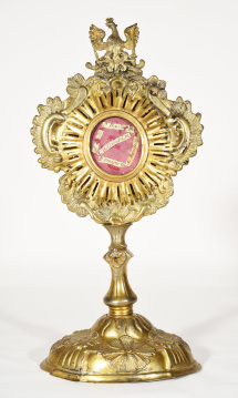 Rokokowa monstrancja relikwiarzowa z kościoła w Kopyczyńcach (ob. na Ukrainie) z herbem biskupa Mikołaja Dembowskiego / A rococo reliquary monstrance from the church in Kopychyntsi (Ukraine) with the coat of arms of Bishop Mikołaj Dembowski (MHP-SzZ 7)