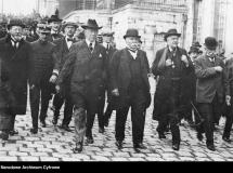 Przedstawiciele państw ententy po podpisaniu traktatu wersalskiego 28 czerwca 1919 roku. Fot. ze zbiorów Narodowego Archiwum Cyfrowego / Representatives of the countries of the Entente after signing the Treaty of Versailles on 28 June 1919. A photograph from the collection of the National Digital Archives